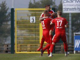 Der TSV Steinbach Haiger bejubelt den Treffer zum 1:1 gegen die TSG Balingen