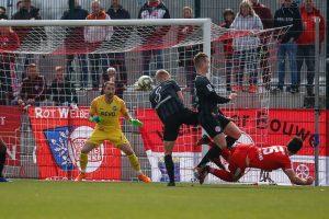 David Haider Kamm Al-Azzawe vom TSV Steinbach Haiger scheitert an Daniel Endres von Kickers Offenbach