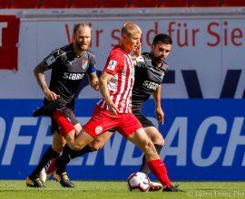 David Haider Kamm Al-Azzawe und Nico Herzig TSV Steinbach Haiger gegen Maik Vetter von Kickers Offenbach