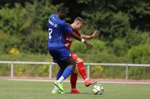Zweikampf von Manuel Hoffmann (TSV Steinbach Haiger) im Spiel gegen den Bonner SC