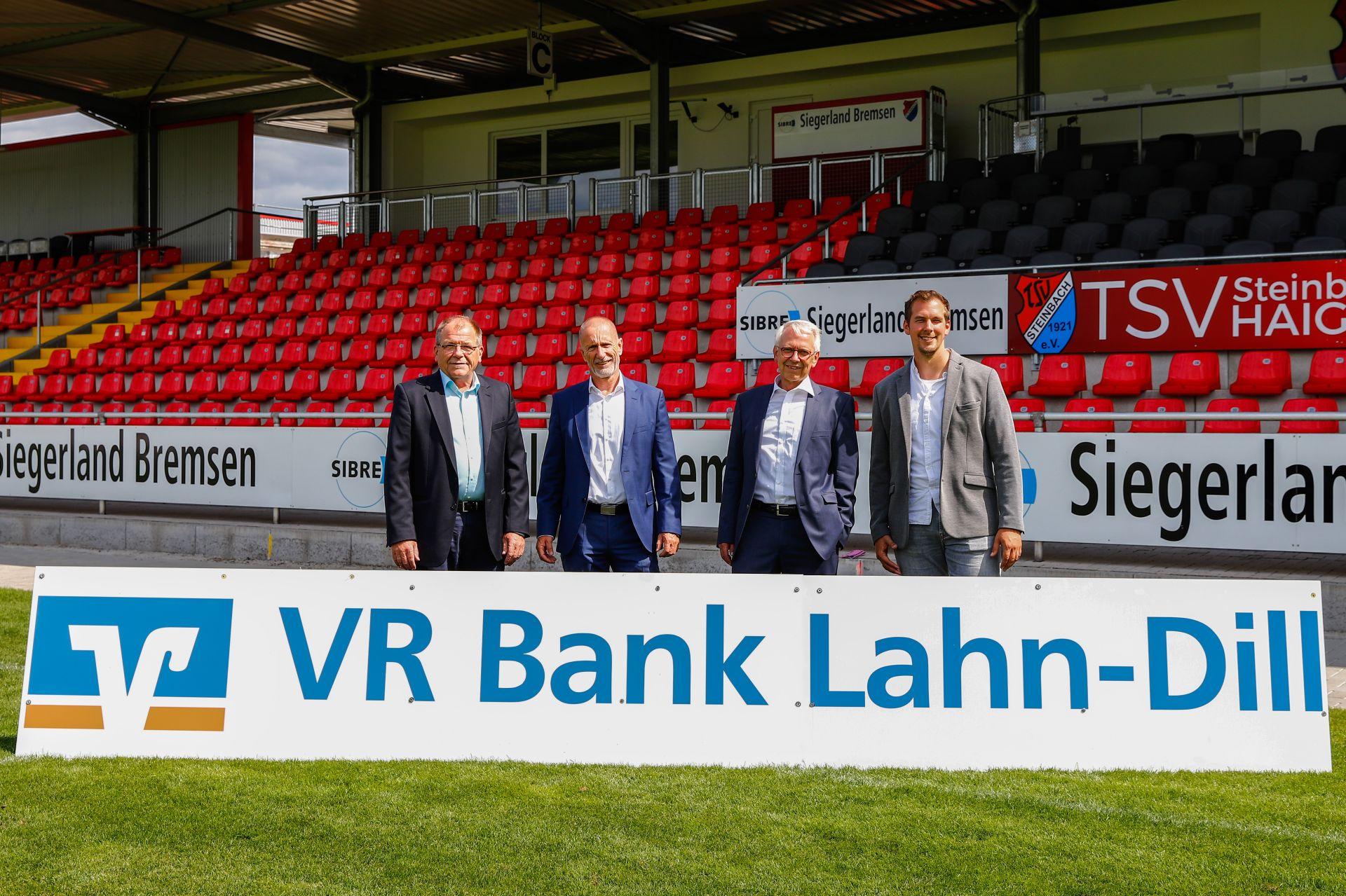 Freuen sich über die Fortsetzung der erfolgreichen Partnerschaft: (v.l.) Roland Kring (Vorstandssprecher TSV Steinbach Haiger), Ralph-Uwe Orth (Vorstand VR Bank Lahn-Dill), Armin Wickel (Vorstand VR Bank Lahn-Dill) und Matthias Georg (Geschäftsführer TSV Steinbach Haiger).