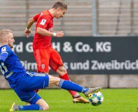 Manuel Hoffmann setzt sich im Zweikampf beim FK Pirmasens durch.Speed2PIC