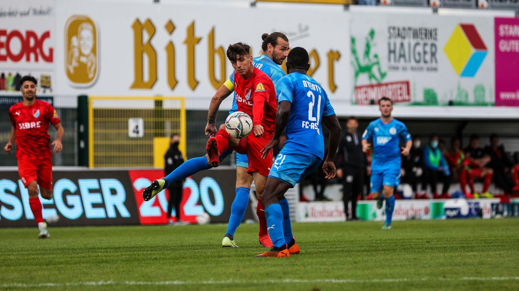 Enis Bytyqi vom TSV Steinbach Haiger trifft gegen den FC Astoria Walldorf